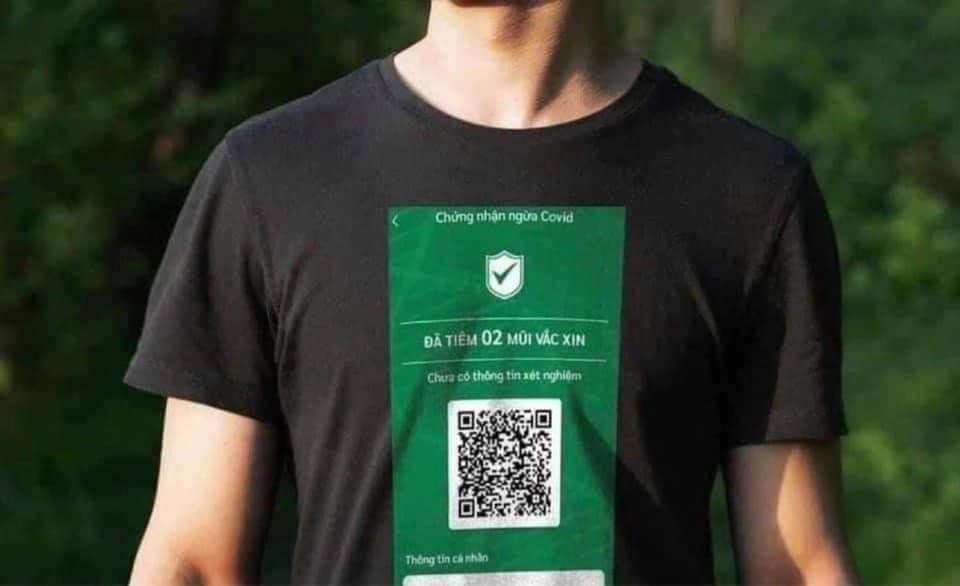 Áo phông in mã QR chứng nhận tiêm vắc xin gây xôn xao